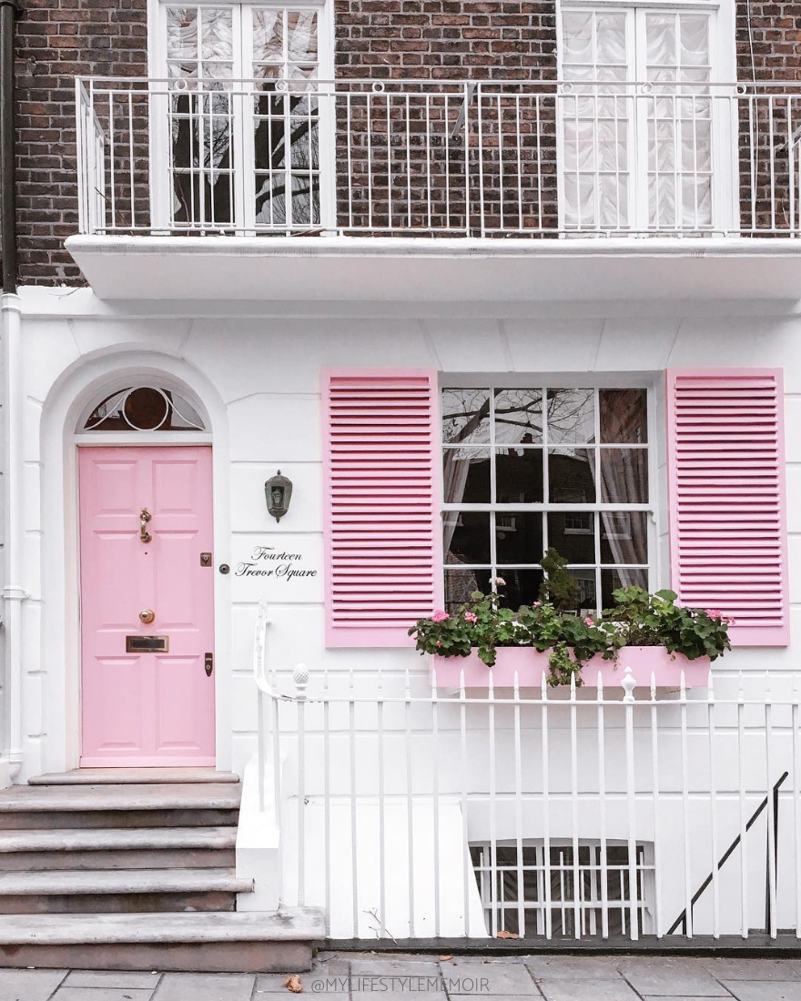 This ultimate guide will show you London Instagram spots. Featuring a downloadable map showcasing Insta-houses, shops and restaurants. #england #london #instagram #londoninstagram #londontravel #londontravelguide #travel