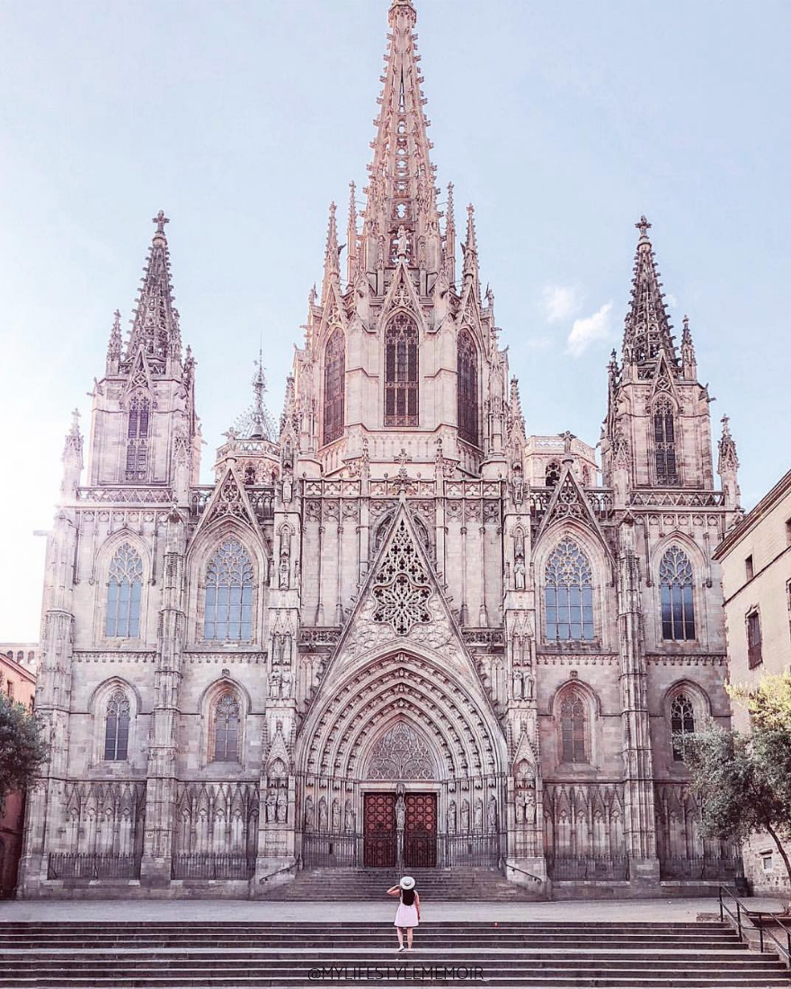 Planning a trip to Barcelona? This ultimate Barcelona travel guide will show you all the landmarks, eats and Instagram spots. Featuring a downloadable map! #Barcelonatravel #Barcelonatravelguide #Barcelonaguide #Backpackers #BarcelonaTravelTips